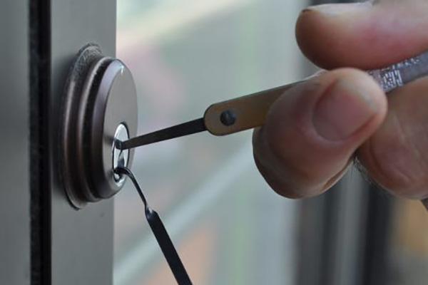 Advantages of hiring a locksmith service